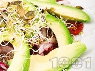 Салата с авокадо, сушени домати и кълнове